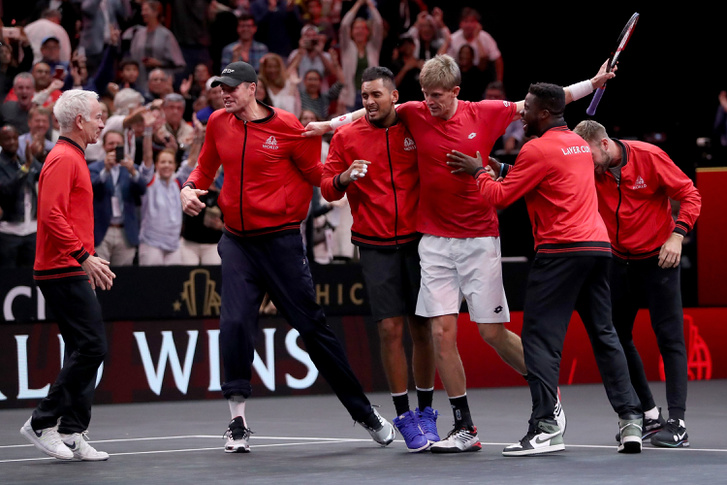 Kevin Anderson és társai ünnepelnek a Djokovics elleni győzelem után