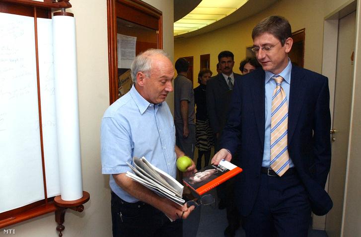Budapest 2005. szeptember 27.: Gyurcsány Ferenc miniszterelnök (jobbra) saját könyvét ajándékozza Bolgár György szerkesztő-műsorvezetőnek a Klubrádióban, ahol a Megbeszéljük című műsorban egy órán keresztül élőben válaszolt a hallgatók kérdéseire.