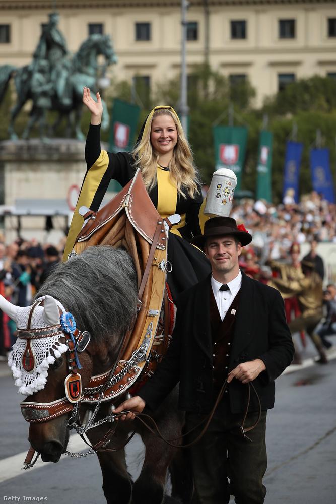 Volt, aki lovon érkezett, természetesen ebben sincs semmi különös, bár vannak, akik berzenkednek az állatok felesleges felöltöztetésétől-díszítésétől, de ennyi természetesen belefér.