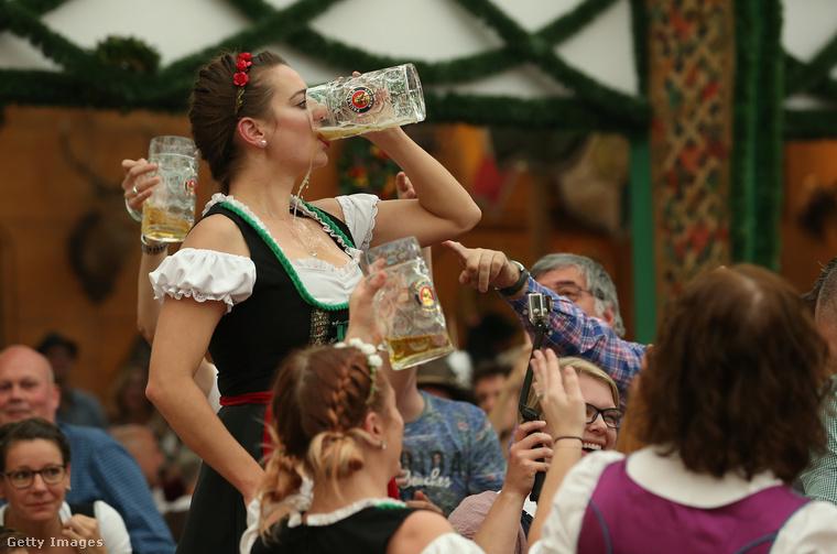 Tegnap hírül adtuk, hogy megkezdődött Münchenben az Oktoberfest, ami elsősorban ugye a népviseletben sörivásról szól