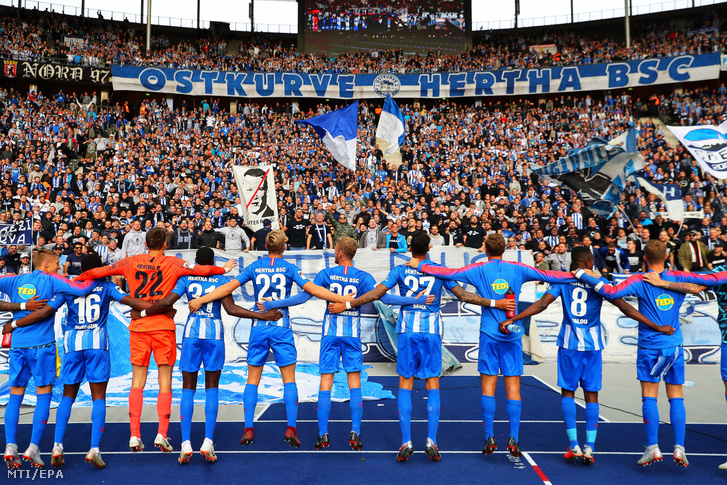 A Hertha BSC játékosai ünnepelnek a szurkolóikkal miután 4-2-re gyõztek a Borussia Mönchengladbach ellen a német elsõ osztályú labdarúgó-bajnokság 2018. szeptember 22-i mérkõzésén Berlinben.