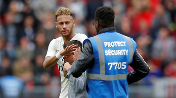 Kisgyerek rohant a pályára a lecserélt Neymarhoz