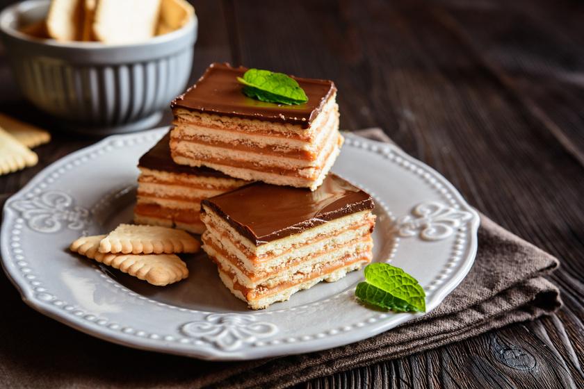 Emeletes, csokis-karamellás kekszes süti: fantasztikus desszert sütés nélkül