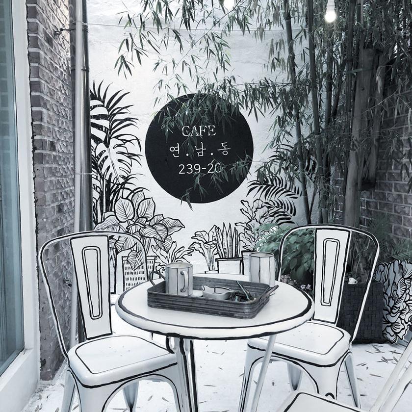A képregény stílusú kávézó Szöul népszerű negyedében, Yeonnam-dongban található.