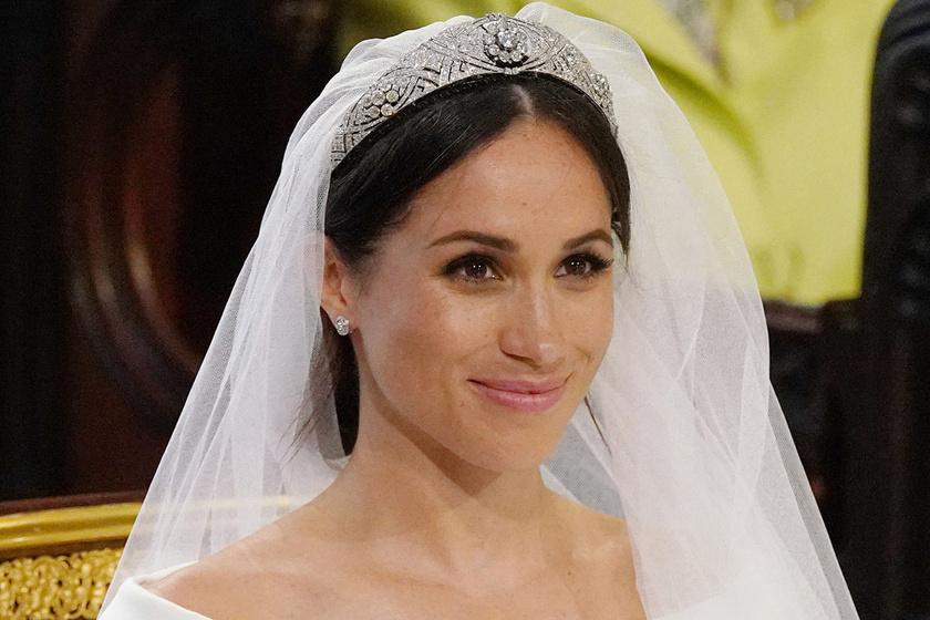 Kiderült a titok Meghan hercegné esküvői ruhájáról - Ezt rejtette a hosszú uszálya