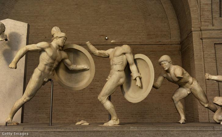 Az Aegina templomban álló szoborcsoport körülbelül i.e. 490-ből.