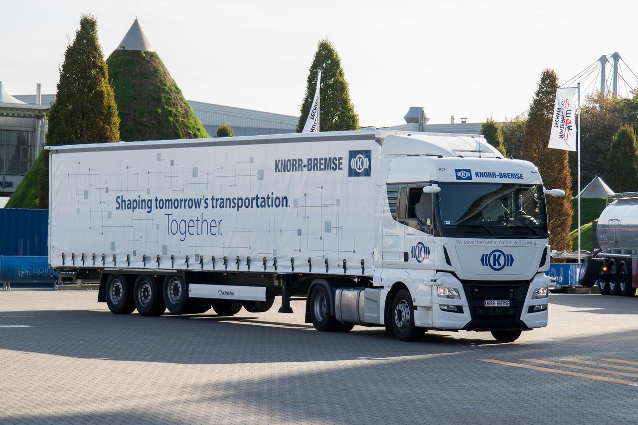 A Knorr Bremse egy példányban létező, autonóm kamion prototípusa vezető nélkül mutatta be, mire képes a technika: kikerülés, sávváltás, előzés, párhuzamos forgalom figyelembe vétele. A technika java magyar fejlesztés, mellesleg a kamionok teljes sebességi tartományában működőképes, nem csak kis tempónál