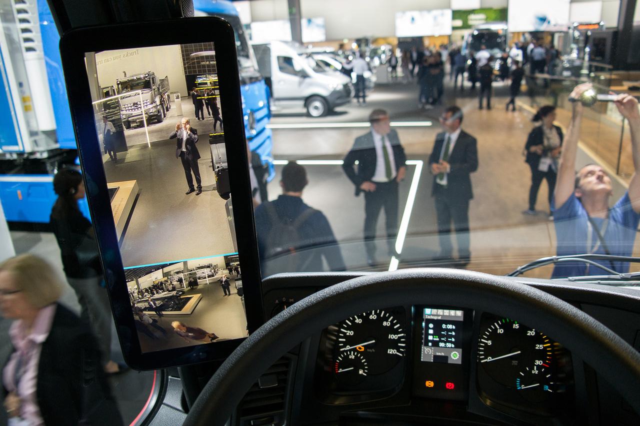 A visszapillantó kamerák képe kétoldalt egy-egy monitoron jelenik meg