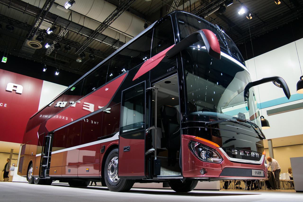 A Setra az Evobushoz tartozik, így is része a Daimler-birodalomnak. A luxusbuszok non-plus-ultrája a 14 méter hosszú és 4 méter magas emeletes S531DT busz, amelyet olyan biztonsági fejlesztésekkel láttak el, mint a holttér-asszisztens: kanyarban a jármű mellett kerékpárost, biciklist észleve állóra fékez a jármű