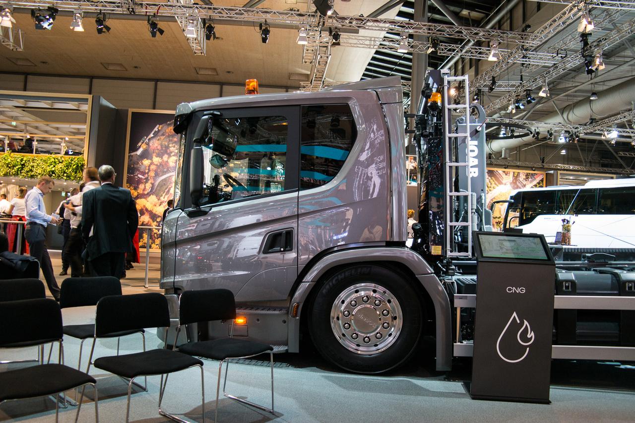 A fülke nem szakadt le, ez ilyen. A Scania az idén a kommunális és speciális járművekhez fejlesztett, alacsony fülkés járműveit hozta el, többek között sűrített földgázzal (CNG) hajtott motorral