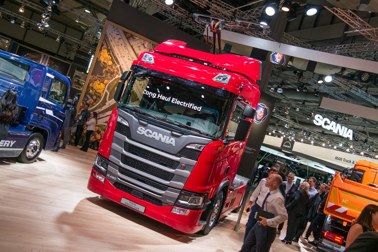 A VW-csoporthoz tartozó Scania már egy ideje kísérletezik a felsővezetékes kamionnal, Svédországban és Németországban kísérleti autópályaszakasz is van ehhez