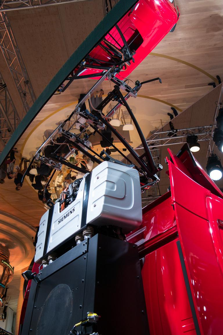 A kamion valójában egy hibrid: a szélső sávban halad a felsővezeték alatt, majd ha ennek vége, vagy előzni akar, akkor a dízelmotorral, vagy az akkumulátorról működő villanymotorral megy tovább