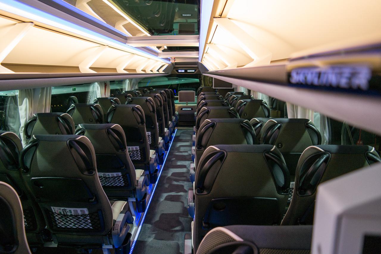 Ez is csak egy busz, más kérdés, hogy mennyire luxuskivitelű. Az emeleti szinten  végighúzódó üvegtető elég ritka autóbuszon