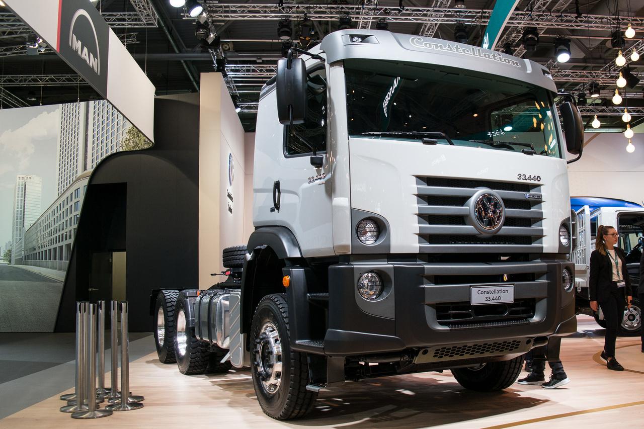 A Consstellation a VW brazíliai teherautó- és buszrészlegének a terméke. Európából nézve meglehetősen egyszerű műszakilag, ott viszont ez a zászlóshajó. Viszont a dizájn mindent visz