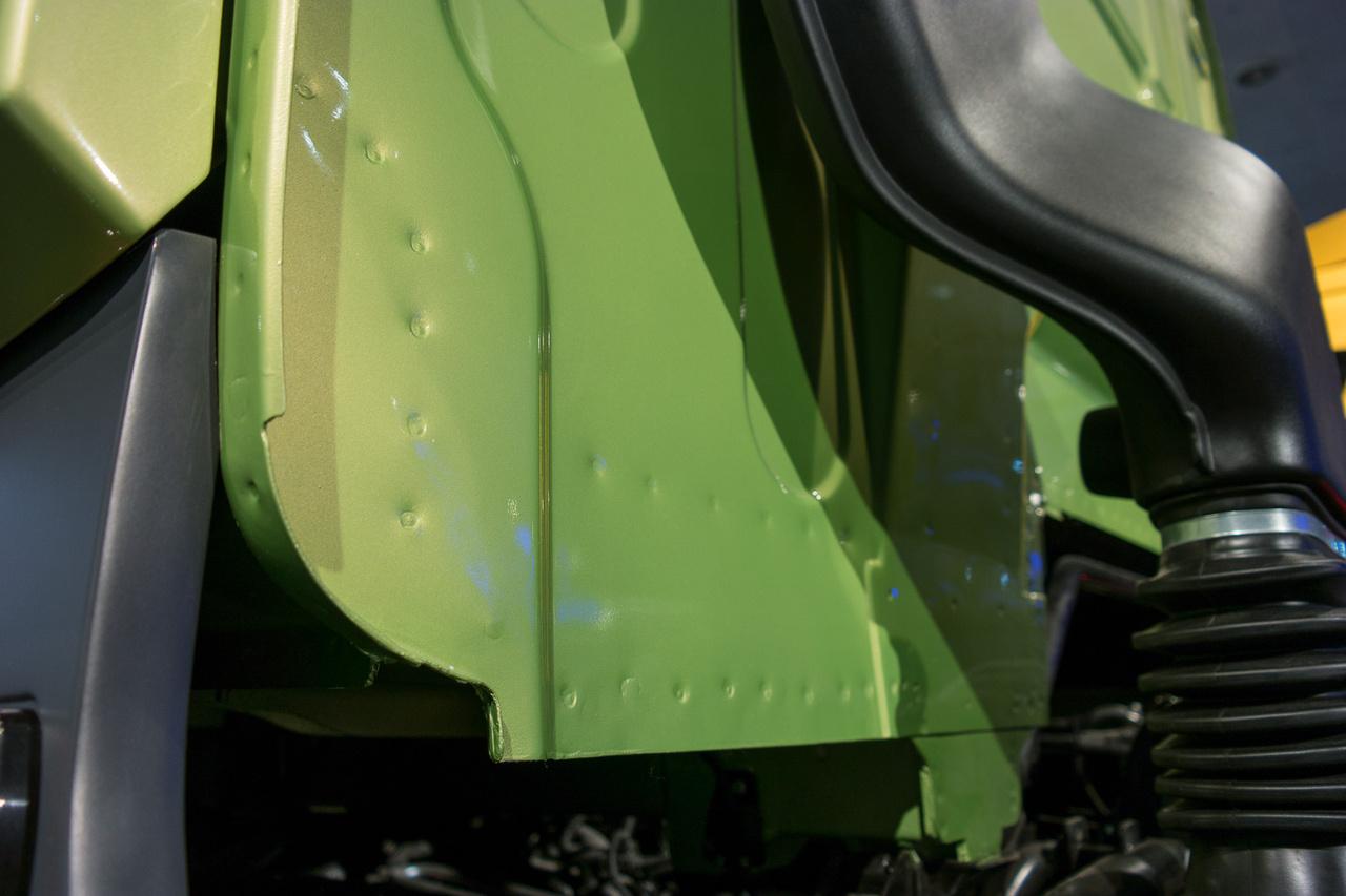 """Ponthegesztés-pornó a BMC Tugra fülkéjének a hátoldalán. A """"Törökország vonóereje"""" néven reklámozott jármű az Iveco 11 literes motorjával és ZF váltóval készül, de műszakilag egyszerűbb az európai csúcsgépeknél, mint a Mercedes, Volvo, Scania járművei – ettől lehet olcsóbb"""