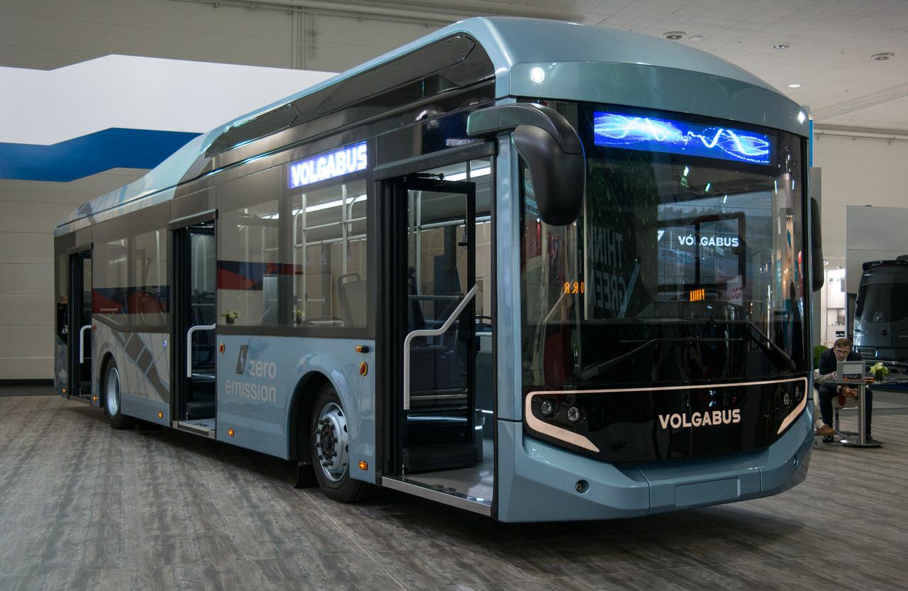 Robotok hegesztik és fényezik az új üzemben az elektromos Volgabus nevű járműveket, elvileg 600-at gyártanak már az idén. Utastere szemmel láthatóan rideg üzemeltetési körülményekhez készült, de kulturált. 300 km-es hatótávot ígérnek, a hátsó kerekeket ZF agymotorok hajtják