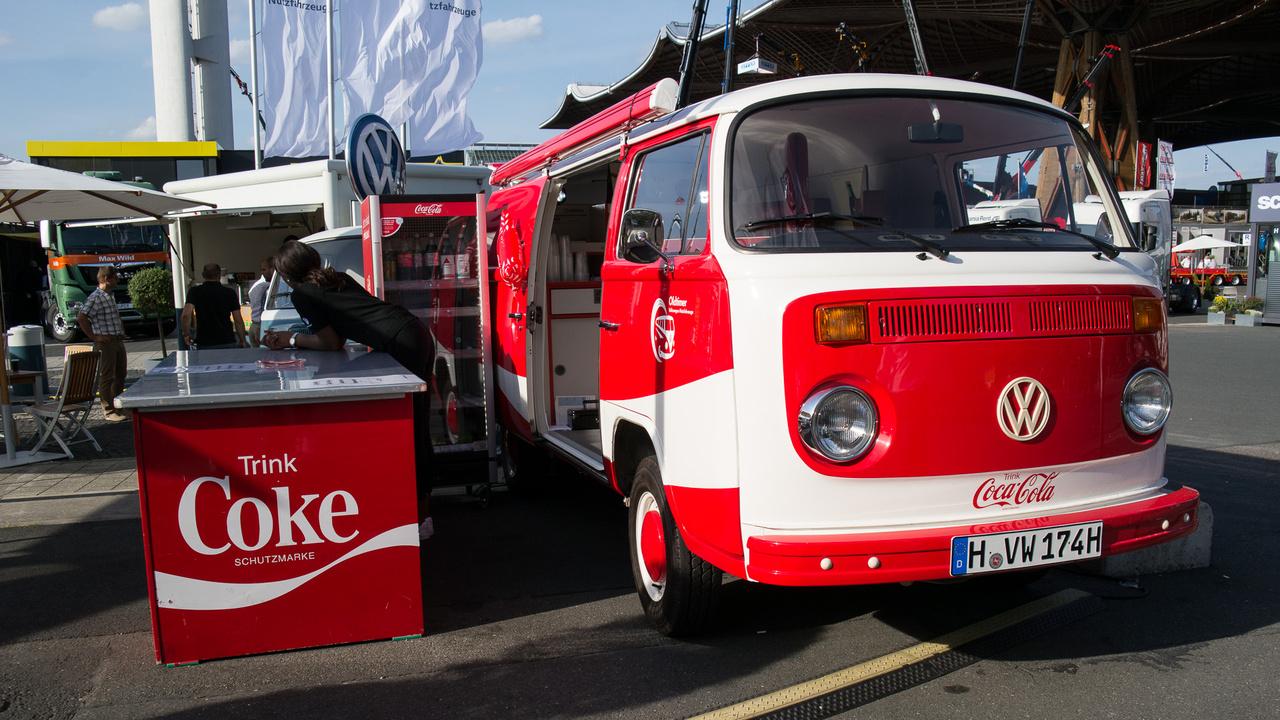 A régi VW Transporterek ára már az egekben, ez egy restaurátor cég kiállítása