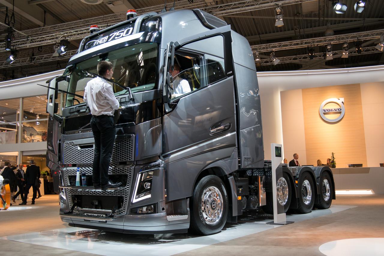 A Volvo FH sorozata idén 25 éves. A teherautókat ugyanolyan alapossággal por- és ujjlenyomatmentesítették, mint a személyautókat egy-egy szalonon