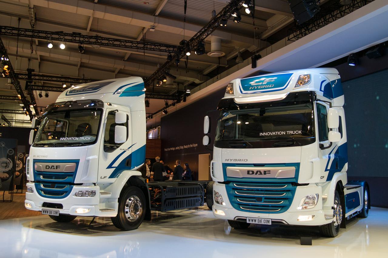 Az DAF egy elektromos, 100 km megtételére képes, másfél óra alatt feltölthető, 40 tonnás CF vontatót. Ugyanennek a hibrid változata látható a képen, az elektromos LF Innovation Truck társaságában. Ezek nem szériagyártmányk, hanem kísérleti járművek
