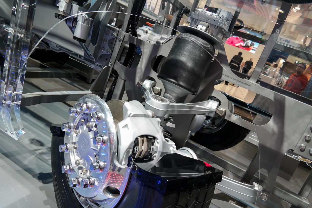 A ZF kiállította, milyen futómű-, hajtáslánc- és egyéb komponenseket képes beszállítani, persze a rengeteg automata váltón kívül