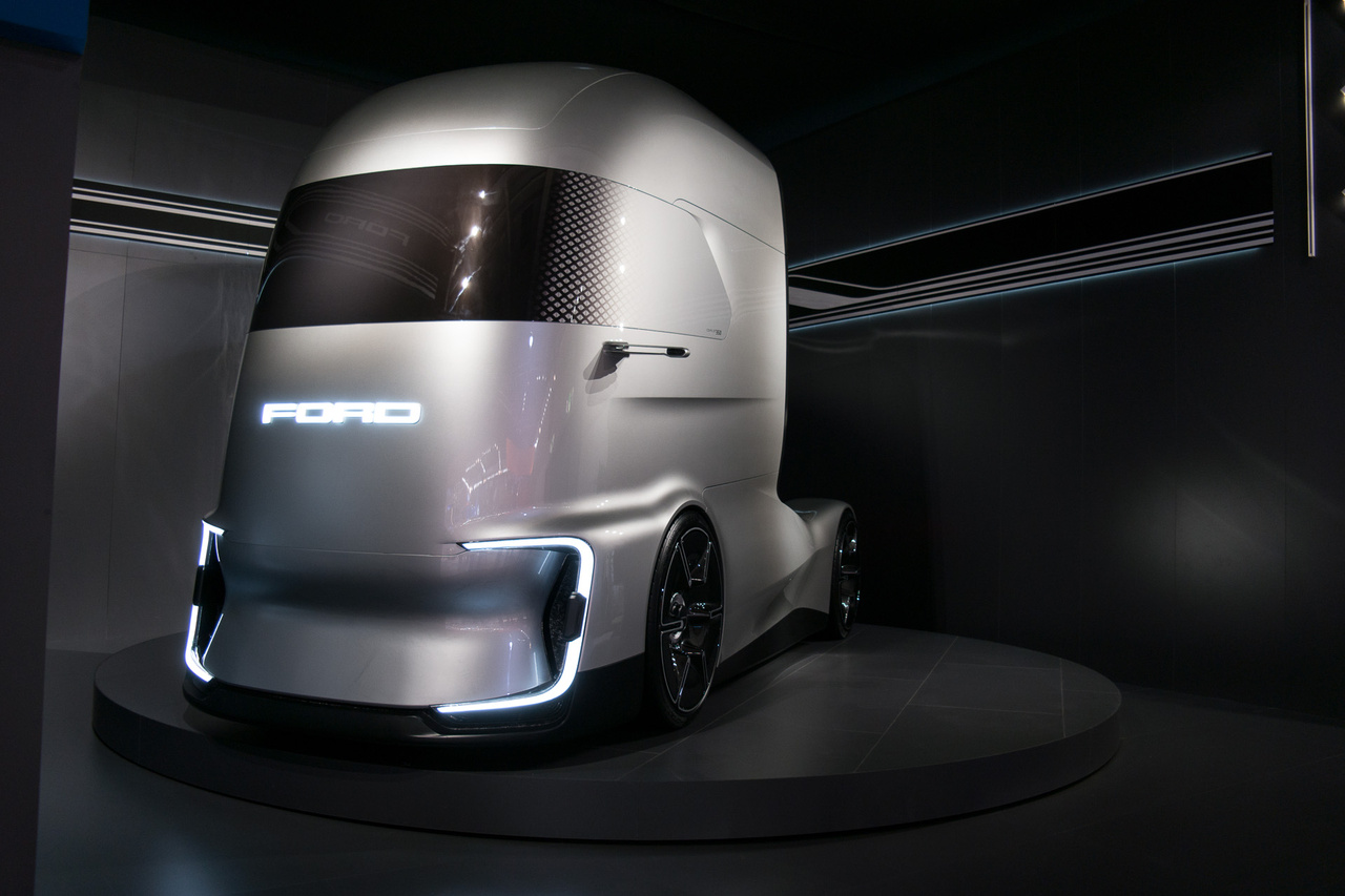 A török gyártású Ford F-Max nyerte most az Év Haszonjárműve díjat, de kiállítottak egy elektromos koncepciót is. A Ford F-Vision Future Truck elektromos, 4. szintű önvezetésre képes, de leginkább szép. Törökországban, a Ford Otosan üzemében évi 15 ezer, ennél sokkal realistább teherautó készül, főleg az ázsiai, kelet-európai és az észak-afrikai piacokra