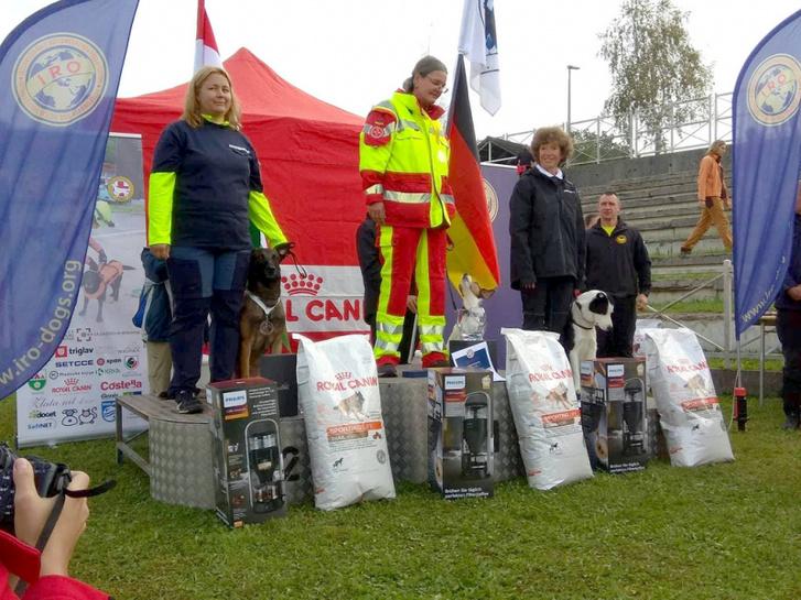 2. helyezett (balról az első) Leczki Sarolta tűzoltó főtörzszászlós és Karma