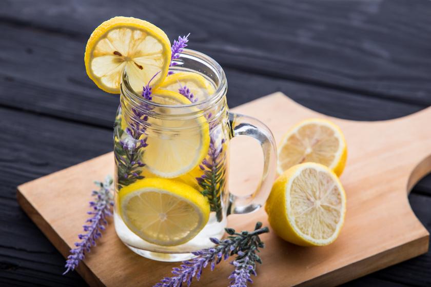 Egy nagy pohár napindító víznél nem sok jobb frissítő létezik. Hidratál, beindítja az emésztést, és kedvedre ízesítheted, citrommal-levendulával vagy akár uborkával is. A legjobb négy-öt decilitert elkortyolgatni indulás előtt.