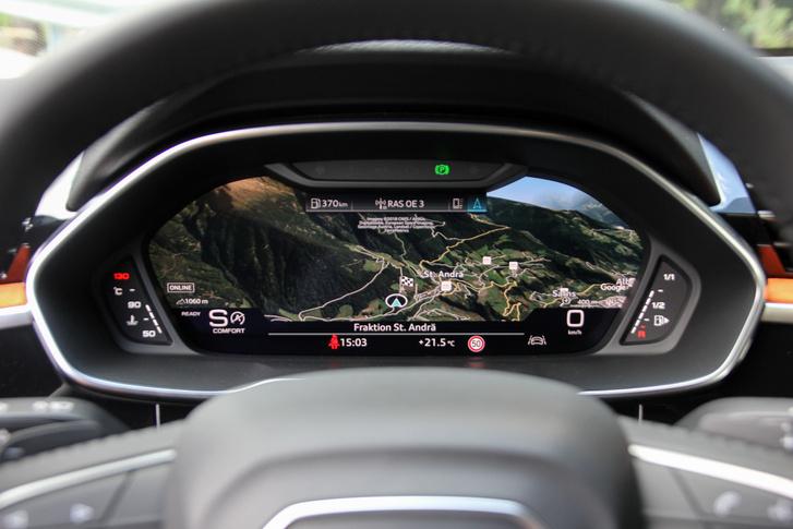 Imádni való dolog a nagyképernyős, műszerek helyén futó navigáció. Ezerszer kényelmesebb, mint az MMI központi display-jét nézegetni. Igaz, ilyenkor a sebesség- és motorfordulatszám adatok kicsiben láthatóak csak - igazán akkor ütne a dolog, ha ilyenkor egy head-up display-en láthatnánk, mennyivel megyünk