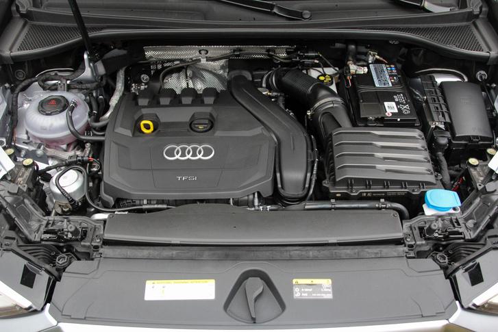 Másfél liternyi TFSI-power: 150 lóerő., 250 Nm. Csak elöl hajthat, de ennek is kijár a hétgangos S tronic váltó. Aki lefittyedő szájjal becsmérelné, annak érdemes tudnia, hogy ez a verzió is tud 200 felett hasítani, ráadásul a könnyebb hajtáslánc miatt könnyedebb az egész autó