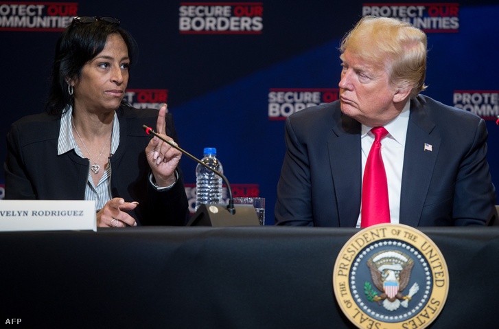 Evelyn Rodriguez (balra) és Donald Trump 2018. május 23-án, New Yorkban