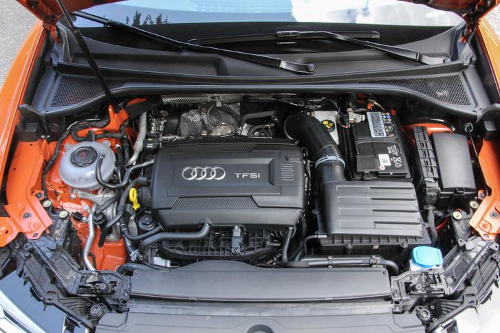 A képen 230 lóeröt, 3650 Nm nyomatékot láthatunk, meg persze hét, automatikusan kapcsolódó sebességi fokozatot. A jelenlegi legerősebb kétliteres TFSI motor ezt tudja, de biztos lesz megint RS verzió is