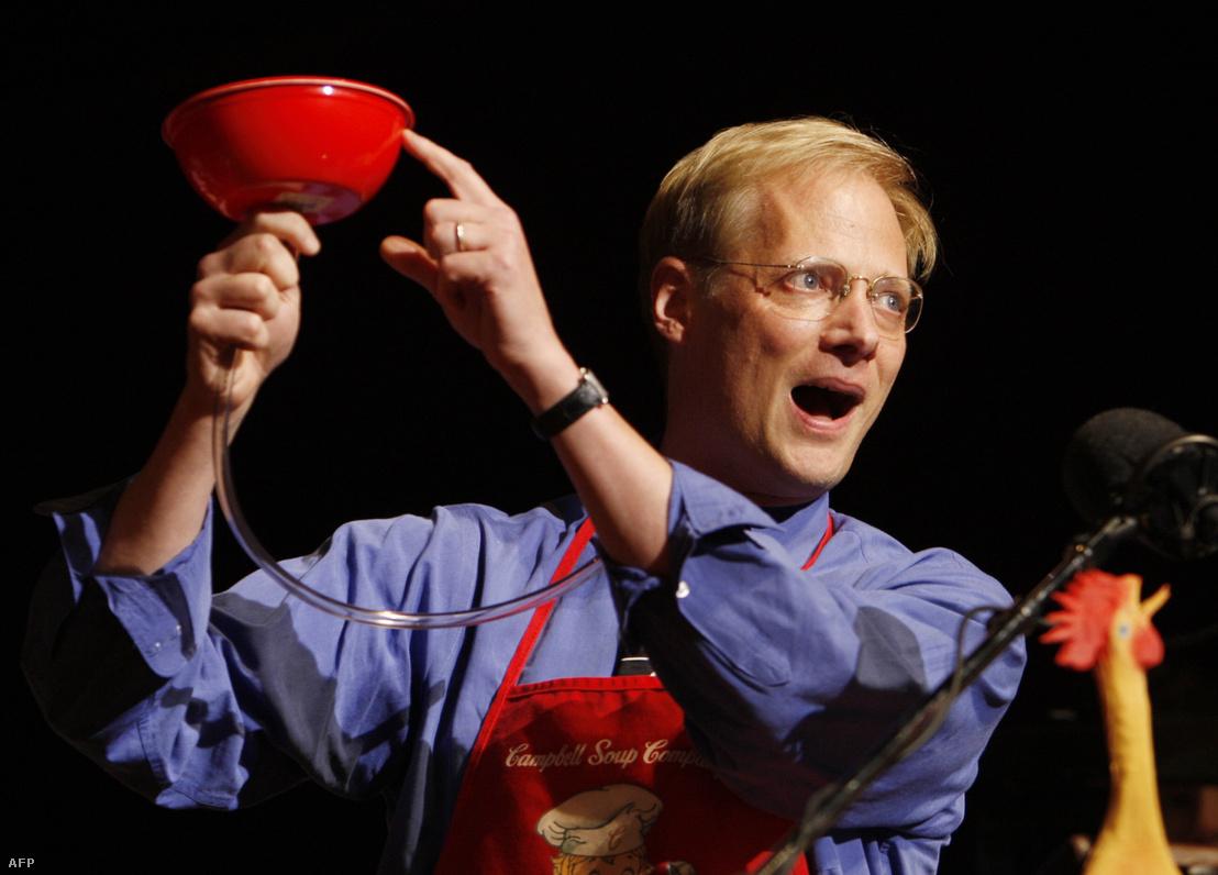 Wansink a feneketlentányér-elméletet demonstrálja a Harvard Egyetemen 2007-ben