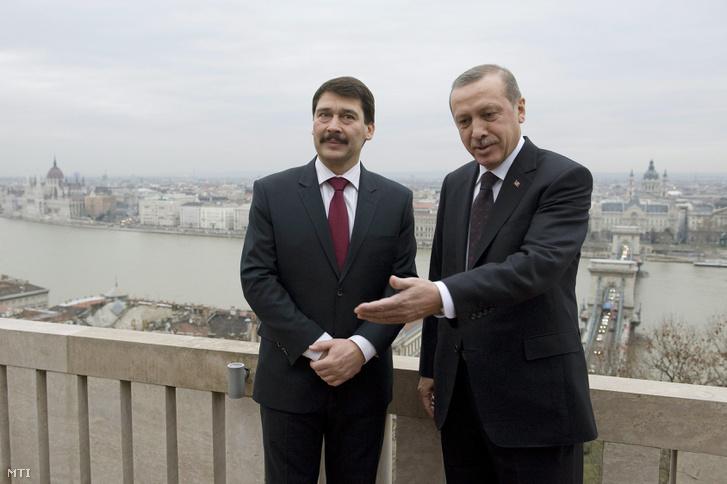 Áder János Recep Tayyip Erdogan a Sándor-palota teraszán 2013. február 5-én.