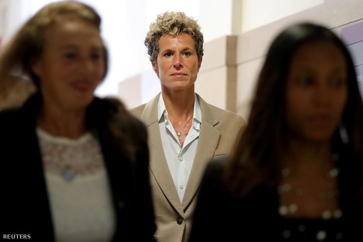 Andrea Constand érkezik a tárgyalásra