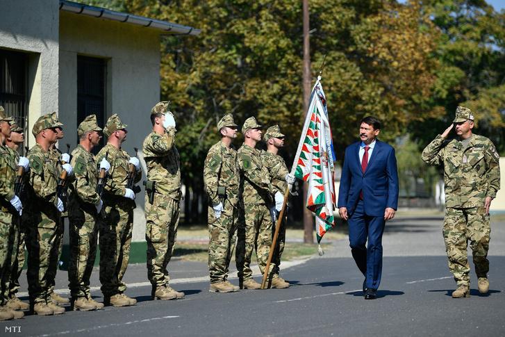Áder János köztársasági elnököt katonai tiszteletadással fogadják a Magyar Honvédség 5. Bocskai István Lövészdandár katonái jobbról Ruszin Romulusz a dandár parancsnoka Debrecenben 2018. szeptember 21-én.