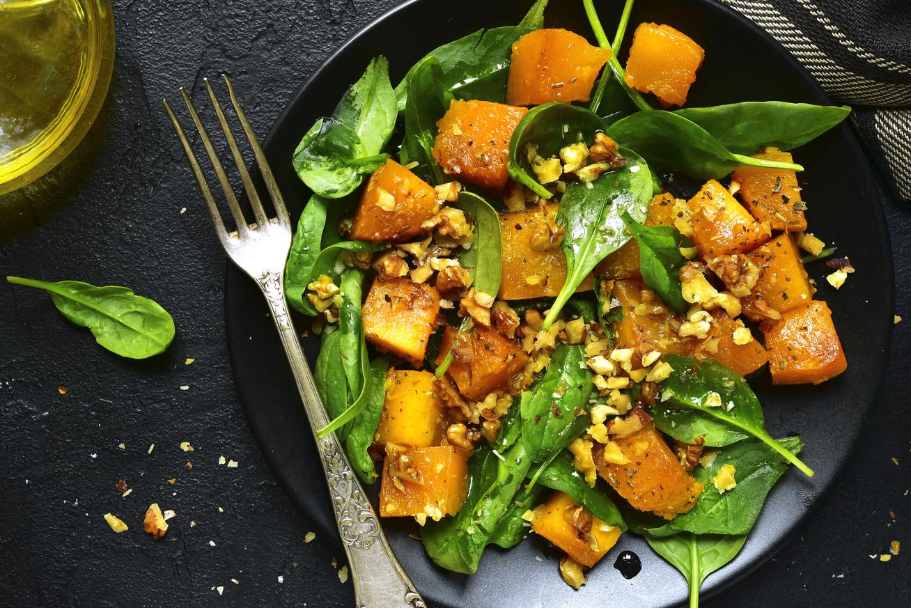 Szuperegészséges spenótos, sütőtökös saláta, amiből fogyókúra alatt is jóllakhatsz