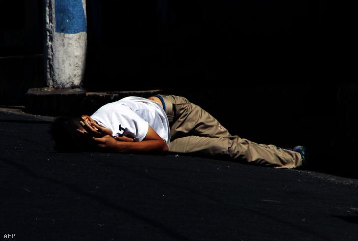Fiatal férfi, akit feltételezhetően banda tagok gyilkoltak meg az utcán San Salvadorban 2018. január 19-én