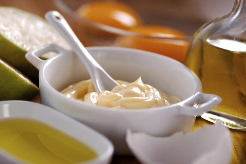 Töredezett, száraz tincsekre keverd a majonézt olívaolajjal, masszírozd be, és hagyd hatni 20 percen keresztül. Sokkal puhább, fényesebb és egészségesebb kinézetű lesz a hajad, ráadásul gyorsabban is nő majd.