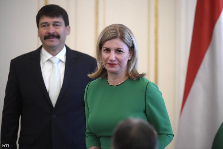 Bártfai-Mager Andrea a nemzeti vagyon kezeléséért felelõs tárca nélküli miniszter az új kormány tagjainak kinevezési ünnepségén a Sándor-palotában 2018. május 18-án. A háttérben Áder János köztársasági elnök.