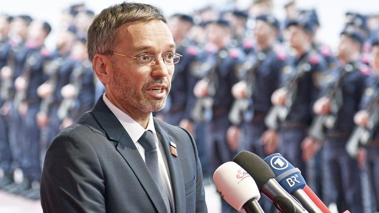 Osztrák belügyminiszter: A rendőrség írja meg, ha menekült az elkövető, és ne nyilatkozzanak kormánykritikus lapoknak!