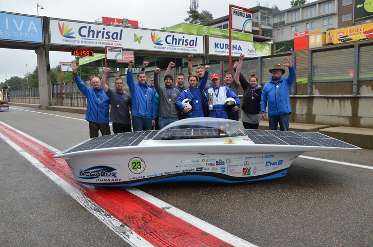 A MegaLux napelemes autó és a harmadik helyezett magyar csapat.