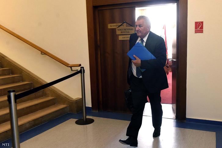 Czukor József az Információs Hivatal főigazgató-jelöltje távozik meghallgatásáról az Országgyűlés nemzetbiztonsági bizottságának üléséről az Országgyűlés Irodaházában 2018. szeptember 25-én.