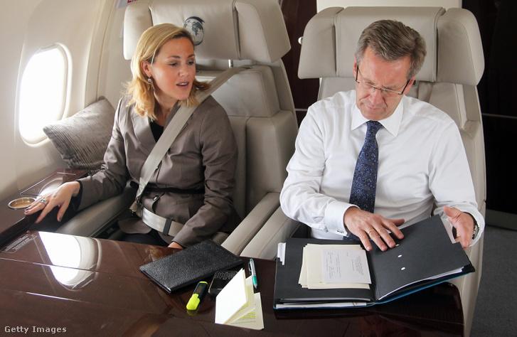 Christian Wulff és felesége Svájcba utazik egy repülőgépen 2010-ben