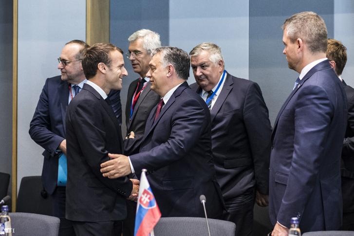 A Miniszterelnöki Sajtóiroda által közreadott képen Orbán Viktor miniszterelnök (b4) üdvözli Emmanuel Macron francia államfőt (b2) a visegrádi négyek (V4) és Franciaország csúcstalálkozóján Brüsszelben 2018. június 28-án. A kormányfő mögött Czukor József miniszterelnöki főtanácsadó (b5).