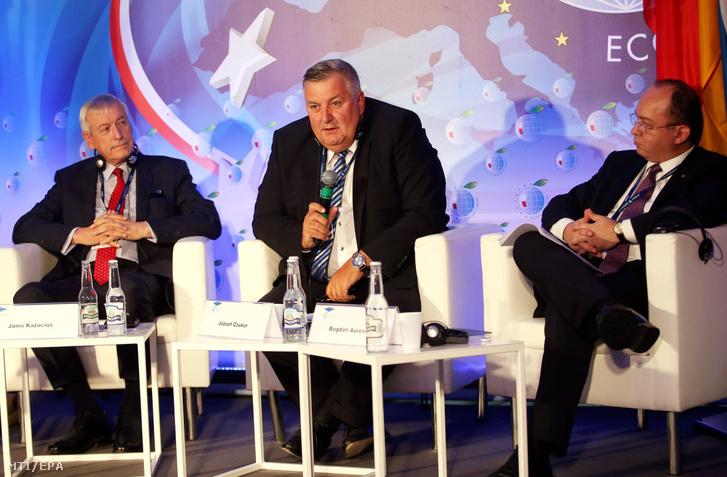 Janis Kazocins nyugállományú brit dandártábornok a lett titkosszolgálat vezetője Czukor József volt berlini nagykövet miniszterelnöki főtanácsadó és Bogdan Aurescu román diplomata volt külügyminiszter (b-j) a dél-lengyelországi Krynica-Zdrójban megrendezett nemzetközi gazdasági fórumon 2017. szeptember 6-án.