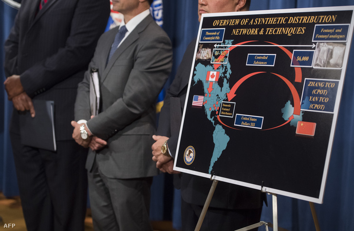 A bűnüldöző szervek bemutatják hogyan jutnak el a fentanil és más opiát anyagok az Egyesült Államokba az Igazságügyi Minisztérium 2017. október 17-i sajtótájékoztatóján.