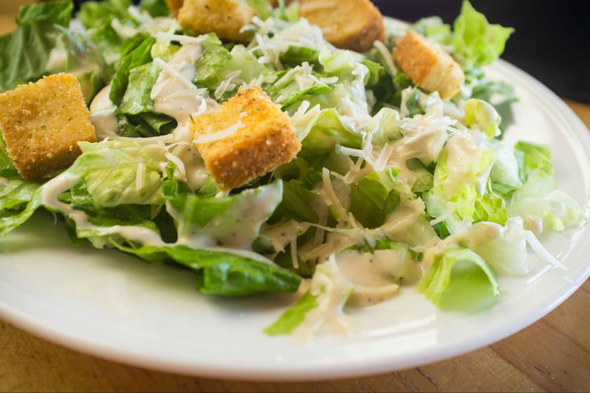 A Cézár-salátában a pirított zsemlekocka miatt meglehetősen sok olaj és hozzáadott só van. Emellett az öntet és a sajt is tartalmaz nem kívánt kalóriákat, így, ha szigorú diétát követsz, inkább kerüld el, mert egy átlagos adag akár 500 kalóriát is tartalmazhat.