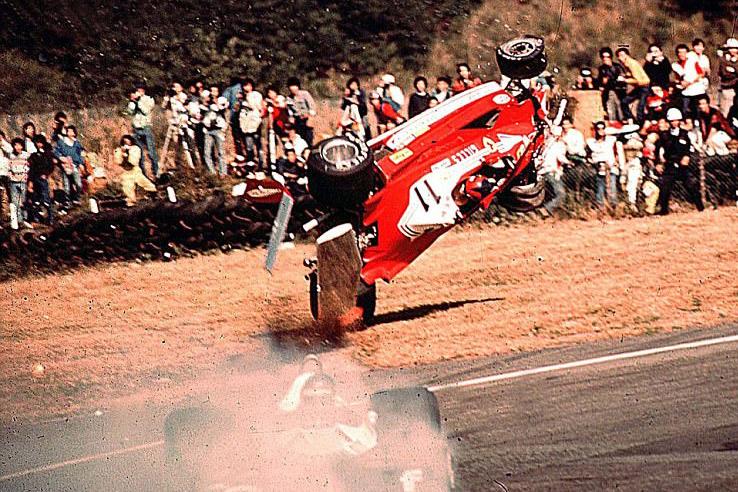 Gilles Villeneuve repül le a pályáról a '77-es japán nagydíjon. Két nézőt öltek meg a Ferrariról leszakadt alkatrészek