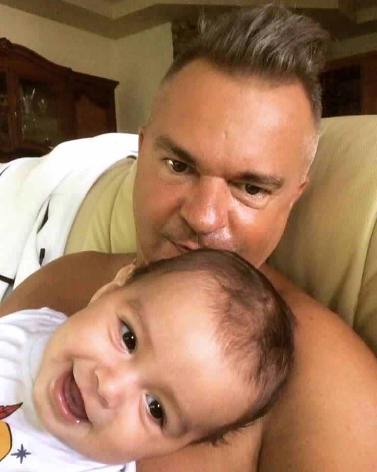 Édesapja karjában szinte mindig ilyen mosolygós Kevin. Csak az apuka látszik kicsit nyúzottnak.