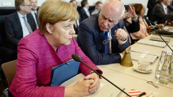 Bundestag: elégedetlenek Merkellel, kirúgták a frakcióvezetőjét